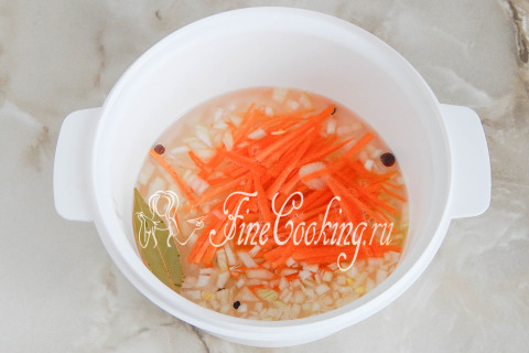 Затем очищаем лук, морковь и чеснок
