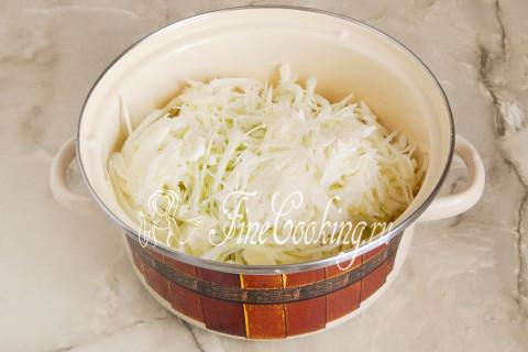 Складываем капусту в большую кастрюлю или миску