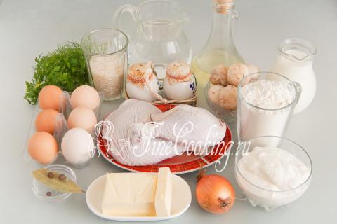 Для приготовления этого шикарного пирога нам понадобится довольно большое количество ингредиентов: пшеничная мука, сливочное и подсолнечное масло, куриные окорочка, молоко, вода, куриные яйца, рис, сметана, репчатый лук, шампиньоны, свежая зелень (укроп и петрушка), лавровый лист, душистый и черный перец, а также соль
