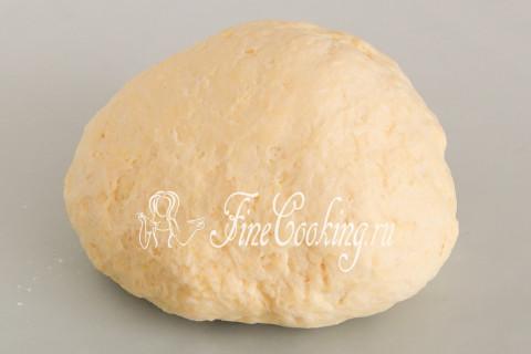 Собираем тесто для будущего курника в шар, перекладываем в пакет (или затягиваем пищевой пленкой) и отправляем в холодильник