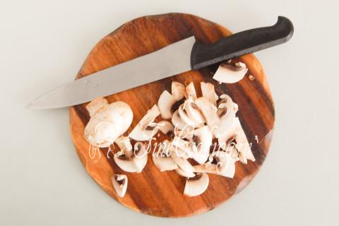 Пока готовятся блинчики, не забываем, что у нас есть еще и третья начинка для курника - грибная