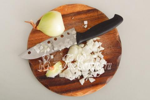 Крупную луковицу чистим и нарезаем мелким кубиком