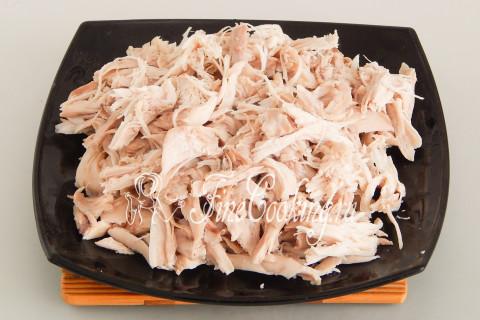 Снимаем мясо с кости и просто разбираем его на волокна
