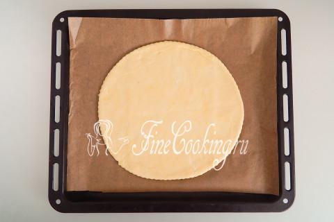 Переносим круглый пласт теста на противень, который нужно застелить пергаментом или ковриком для выпечки
