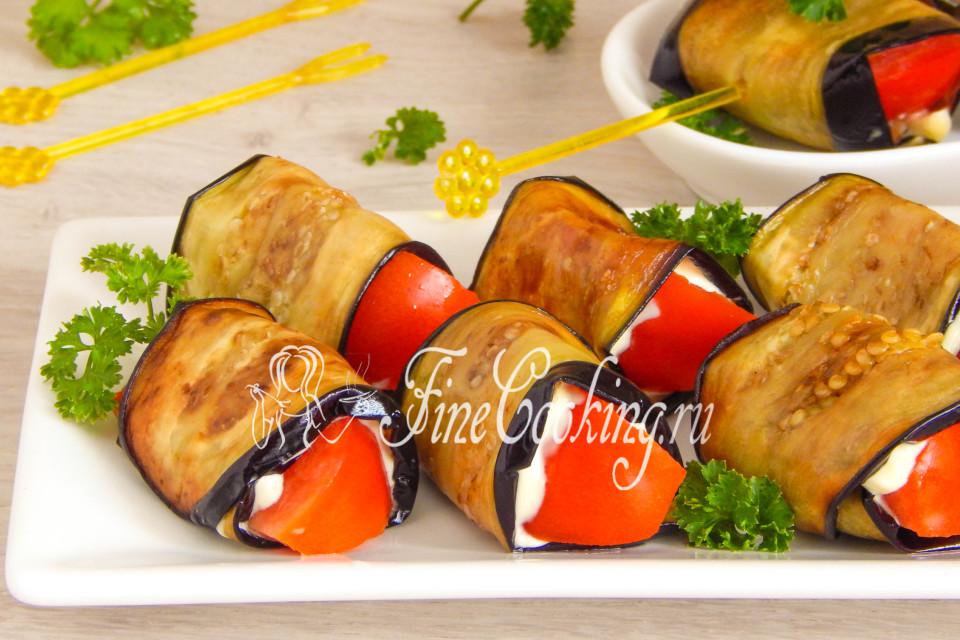Рулетики из баклажанов с помидорами и чесноком