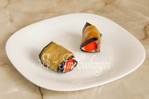 Рулетики из баклажанов с помидорами и чесноком. Шаг 11