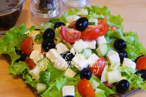 Салат греческий с брынзой. Шаг 8