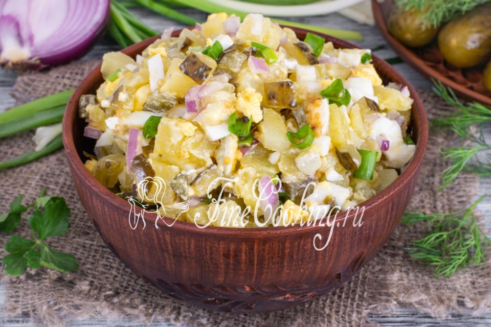 Салат картофельный с солеными огурцами и яйцами
