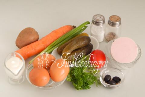 Для приготовления этого праздничного салата на год Быка нам понадобятся следующие ингредиенты: вареная колбаса, картофель, куриные яйца, соленые огурцы, морковь, майонез, соль и молотый черный перец