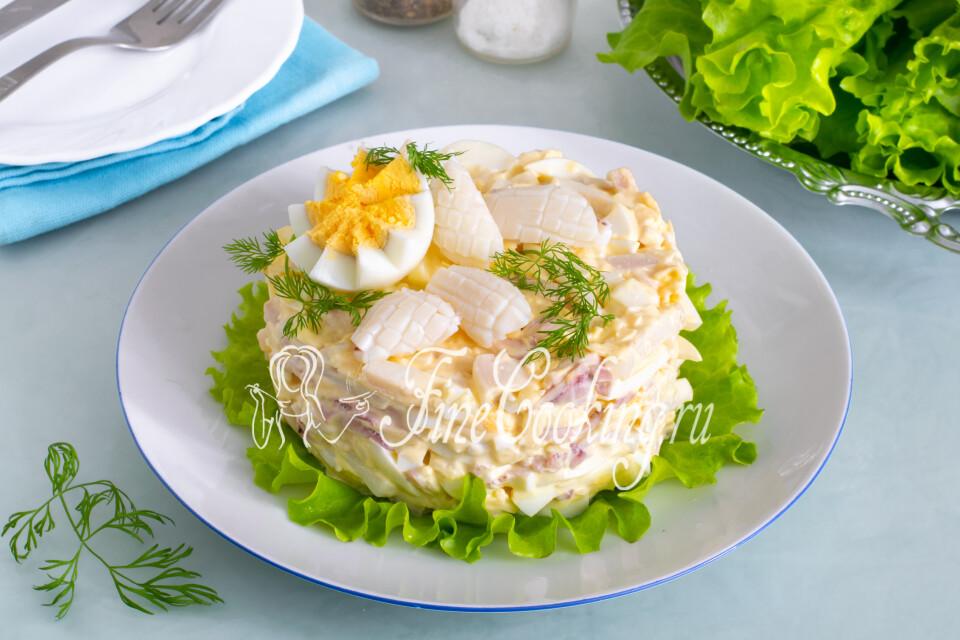 Салат с кальмарами, яйцом и сыром