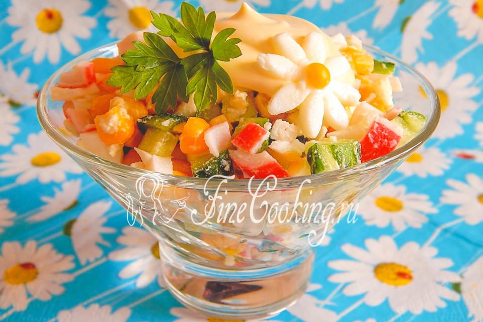 Салат с крабовыми палочками, кукурузой, яйцами и огурцом