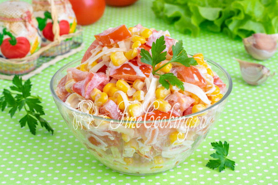 Салат с помидорами, кукурузой и сыром