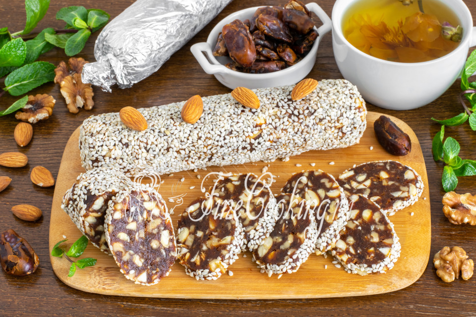 Сладкая колбаса из фиников и орехов