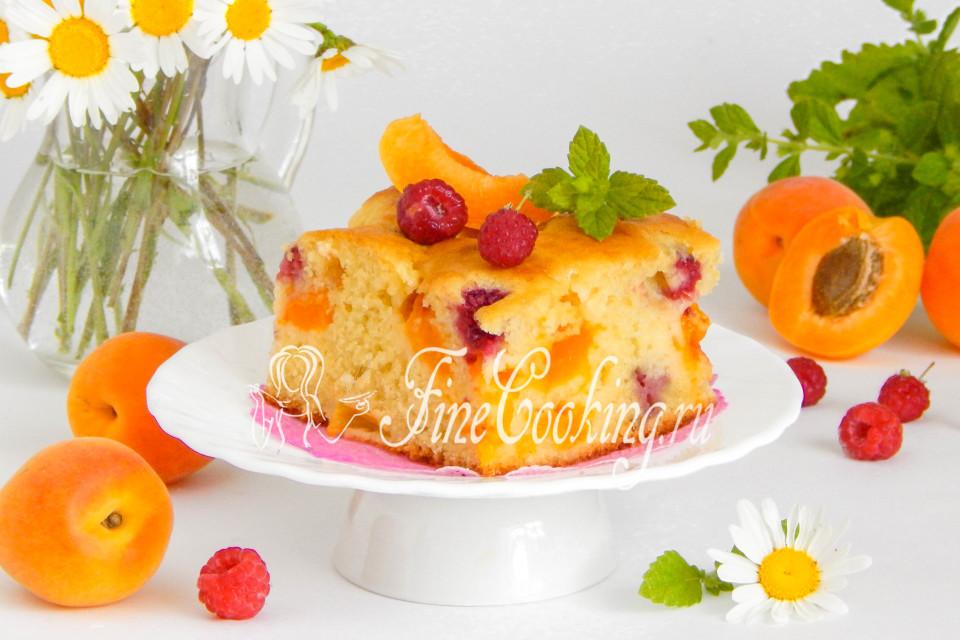 Заливной пирог с абрикосами и малиной