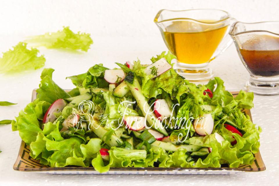 Зеленый салат с редисом